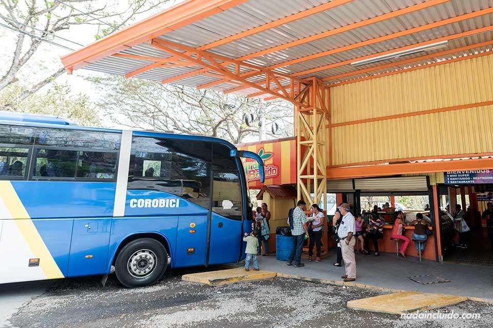 Un autobús desde San José a Liberia parado en un área de servicio (Costa Rica)
