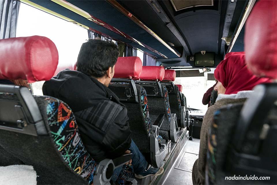 Autobús local en la ruta Rabat - Chefchaouen (Marruecos)