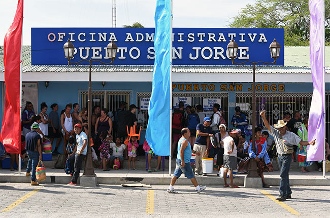 Venta de tickets para el Ferry a la Isla de Ometepe en el Puerto de San Jorge (Nicaragua)
