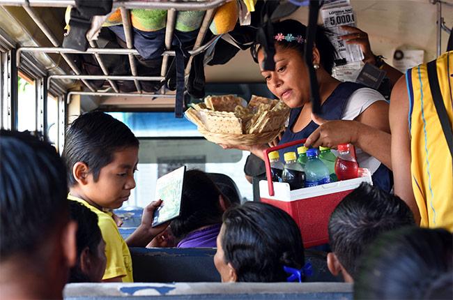 Vendedores en un autobús repleto de gente durante la ruta Rivas - Granada (Nicaragua)