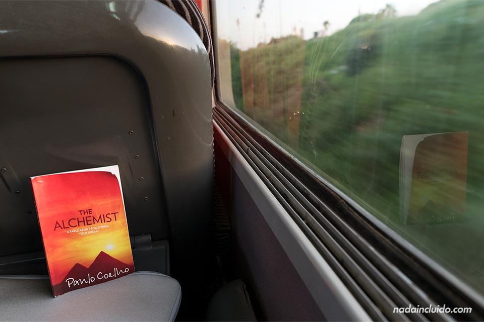 Libro del el alquimista en un tren de Marruecos