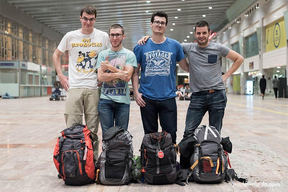 Con nuestras mochilas de viaje en la terminal 2 del Aeropuerto de Barcelona (España)