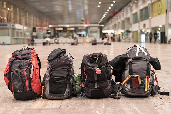 Cuatro mochilas de viaje en la terminal 2 del Aeropuerto de Barcelona (España)