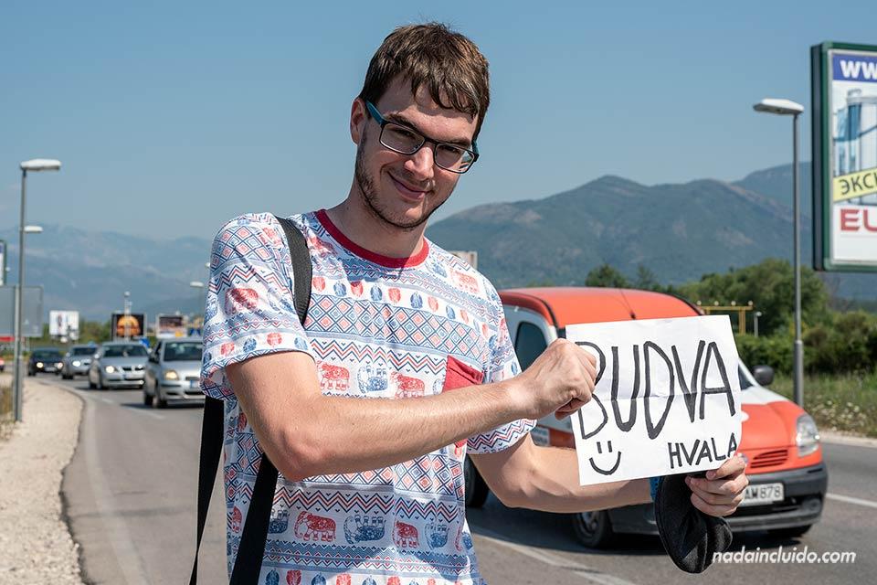 Haciendo autostop en las afueras de Kotor rumbo a Budva (Montenegro)