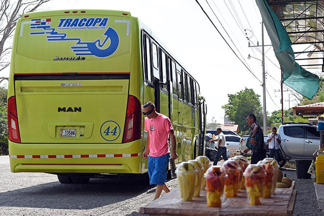 Autobús de Tracopa parando en la ruta de San José a Quepos (Costa Rica)