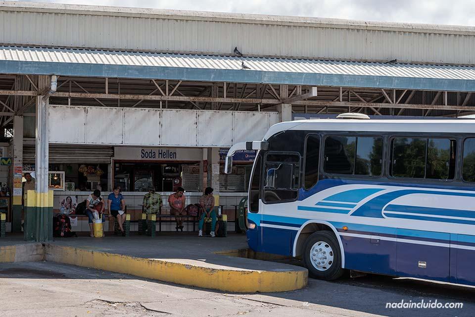 Esperando en la estación de autobuses de Cañas (Costa Rica)