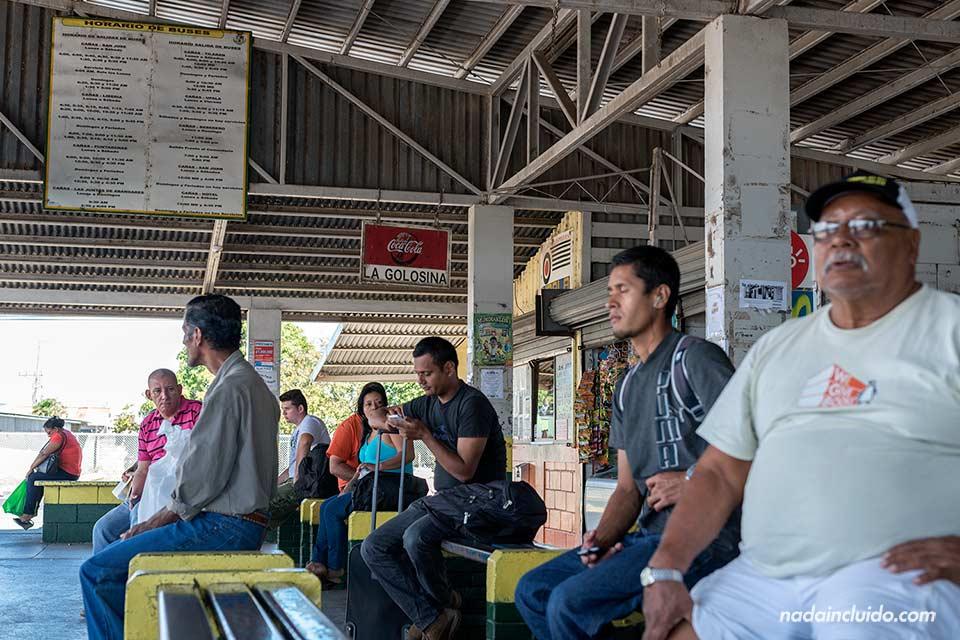 Gente esperando en la estación de autobuses de Cañas (Costa Rica)