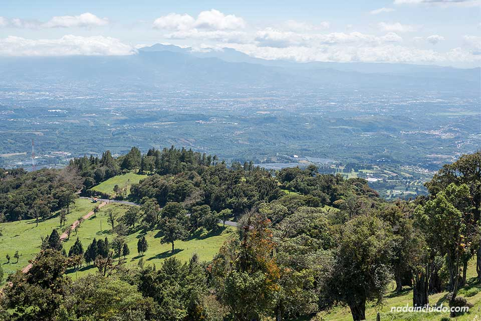 Vistas de Costa Rica en el camino a el Jardín de la Catarata de la Paz