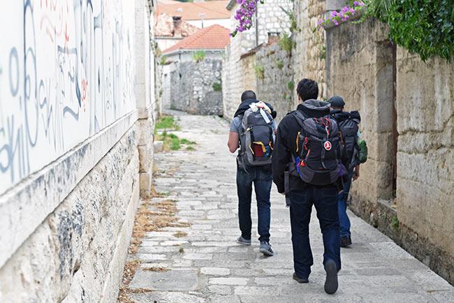 Tres mochilleros pasean por las calles de Dubrovnik (Croacia)