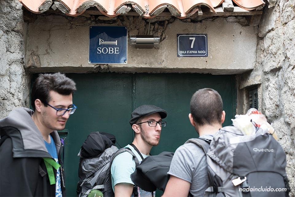 """Tres mochileros en la puerta de un """"Sobe"""" en Dubrovnik (Croacia)"""