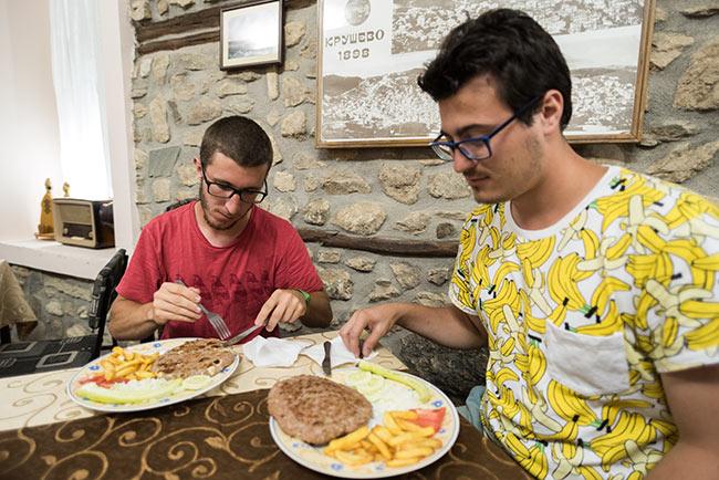 Cenando una Hunter's Burger en Krusevo (Macedonia)