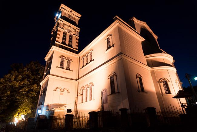 Iluminación nocturna de la fachada de la Iglesia de San Nicolás en Krusevo (Macedonia)