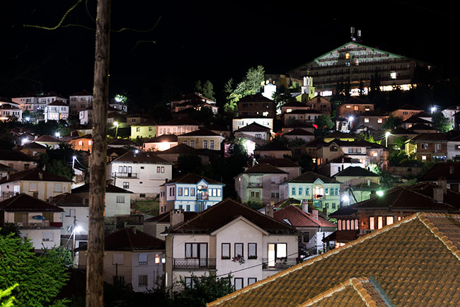 Vista nocturna de Krusevo (Macedonia)
