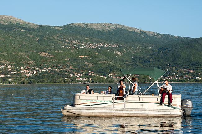 Barco con músicos en el Lago Ohrid (Macedonia)