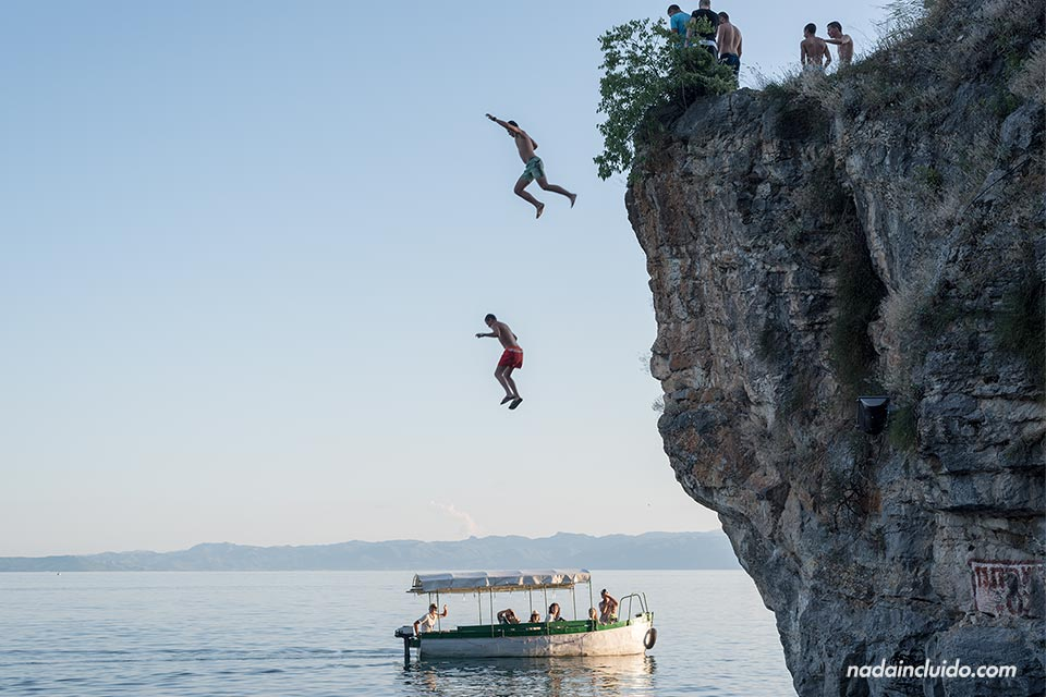 Un grupo de jóvenes salta desde un acantilado al Lago Ohrid (Macedonia)
