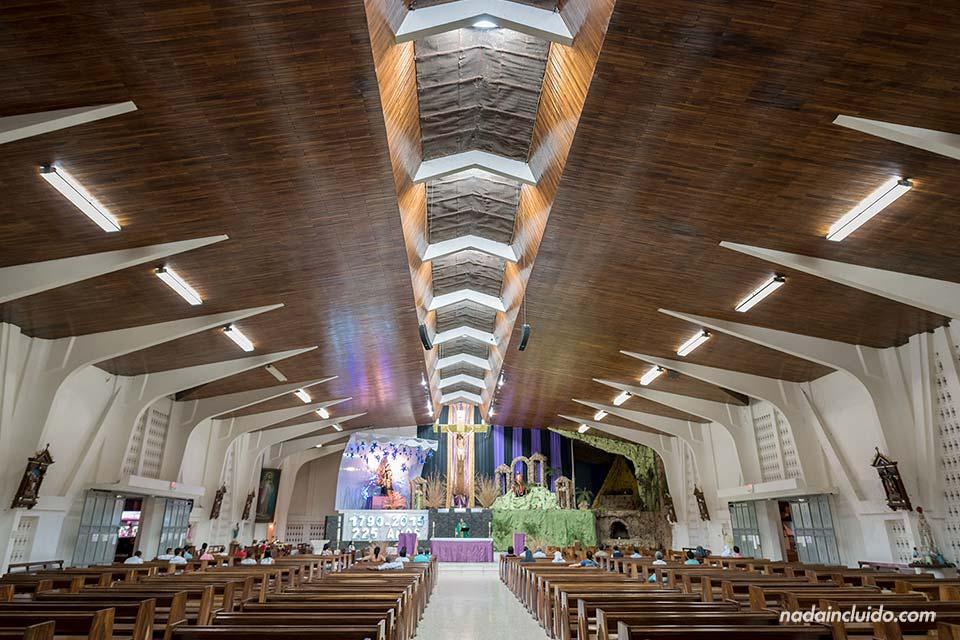 Interior de la iglesia de Liberia durante la celebración de una misa (Costa Rica)