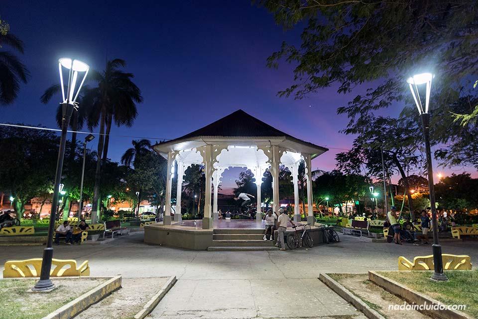 El parque central de Liberia por la noche (Costa Rica)