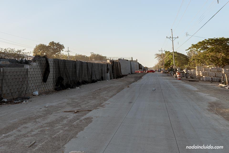 Obras de construcción de un puente en la carretera junto a la ciudad de Liberia (Costa Rica)