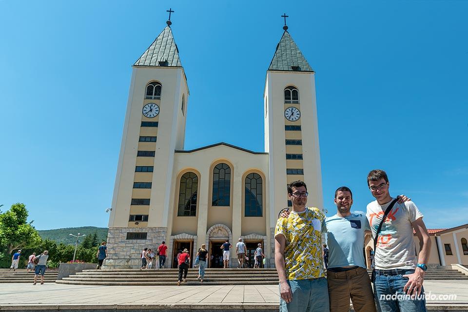 En la fachada de la iglesia de Medugorje (Bosnia)