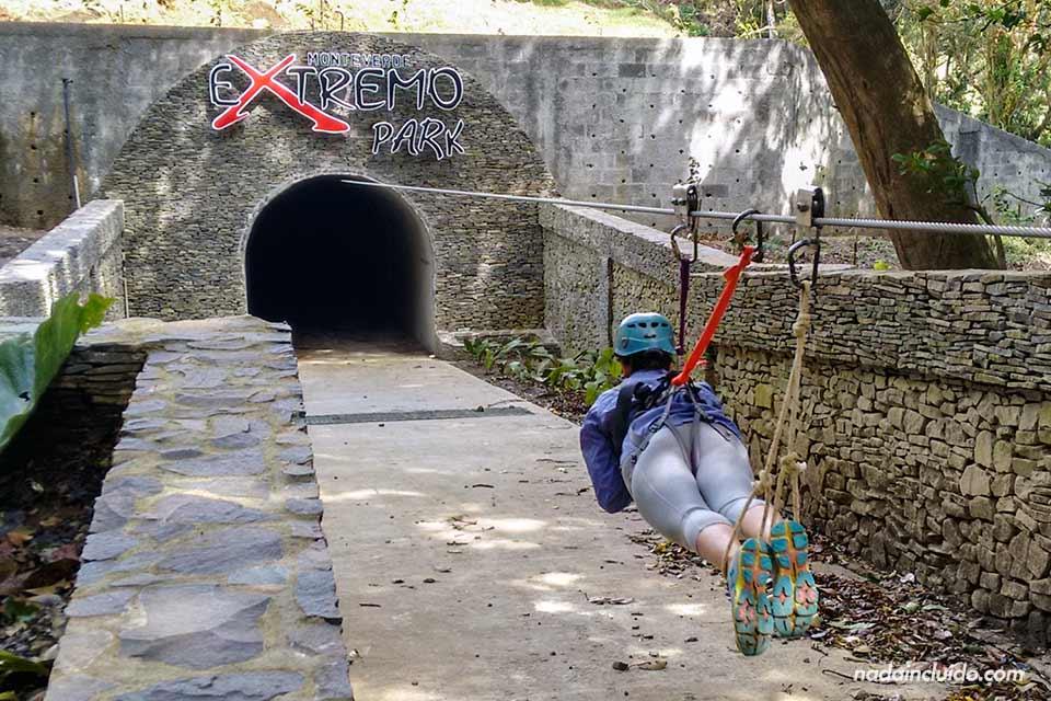 Cable bajo túnel en el Canopy Extremo de Monteverde (Costa Rica)