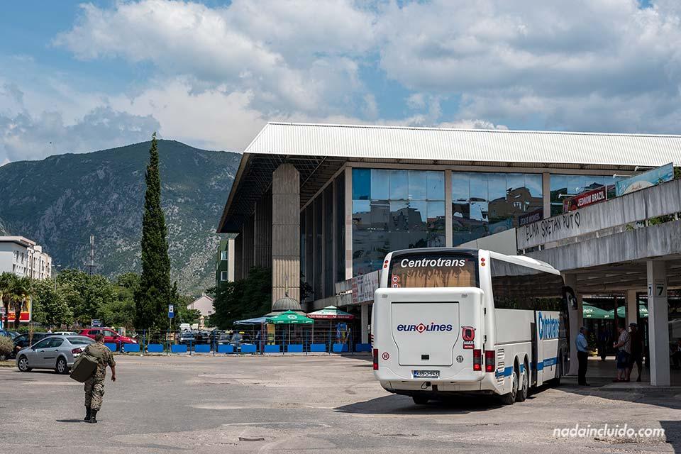 Un militar pasea por la estación de autobús de Mostar (Bosnia)