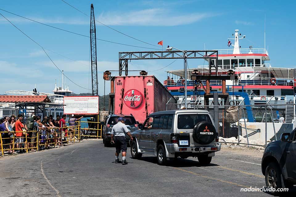 Esperando al ferry que va de Paquera a Puntarenas (Costa Rica)
