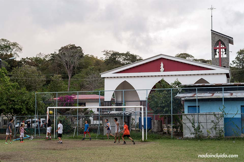 Campo de fútbol e iglesia de Quepos (Costa Rica)
