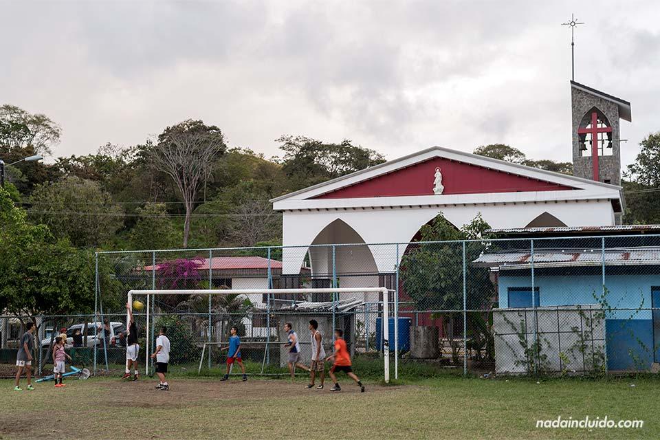 Iglesia junto al campo de fútbol de Quepos (Costa Rica)