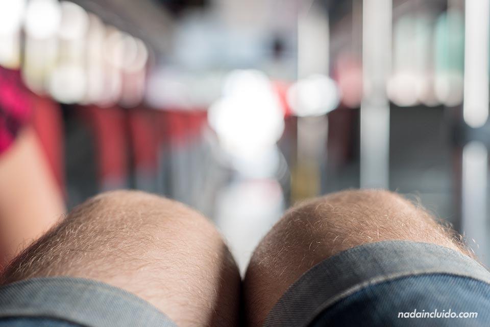 Estirando las piernas en el autobús que va de Tilarán a La Fortuna (Costa Rica)