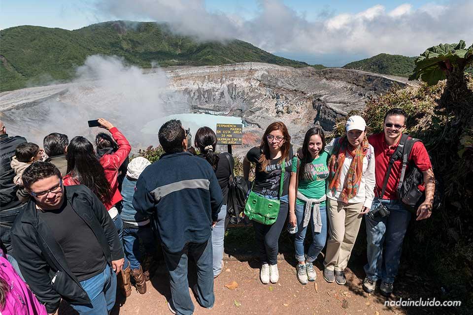 Multitud en el Volcán Poas