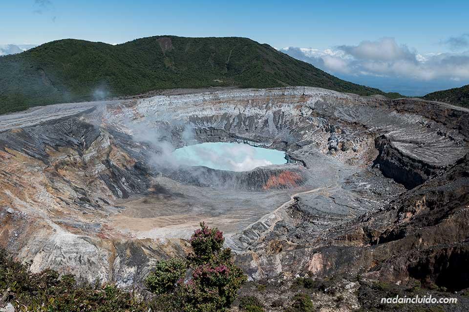 Vista desde lo alto del cráter del Volcán Poas (Costa Rica)