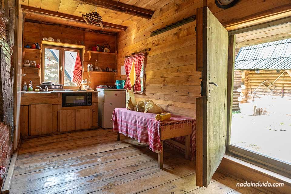 Interior de una caseta de madera en el Zelenkovac Ecovillage (Bosnia)