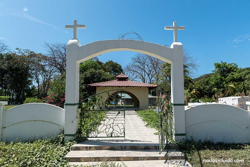 Entrada a un cementerio en Mal País (Costa Rica)