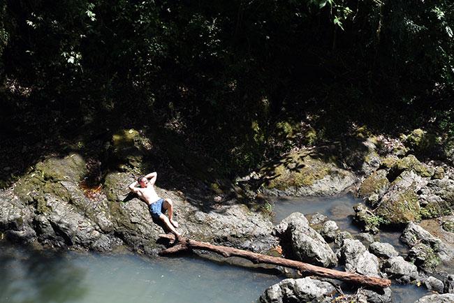 Tumbado en las piedras junto a la cascada secreta de Quepos (Costa Rica)