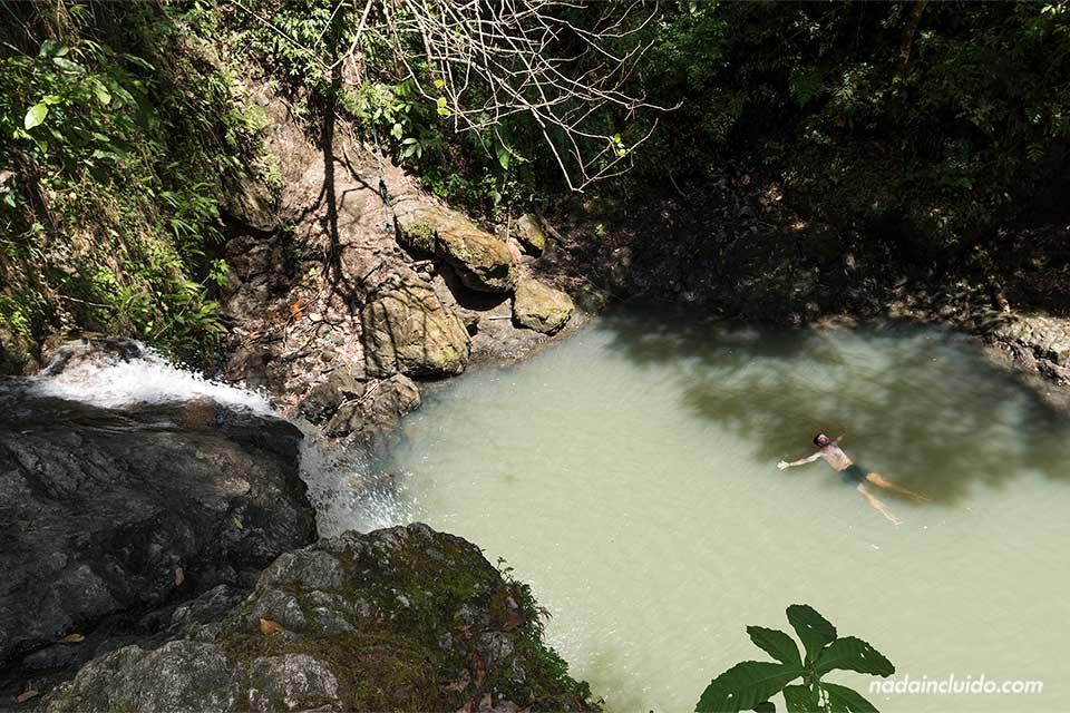 En la catarata secreta de Quepos (Costa Rica)