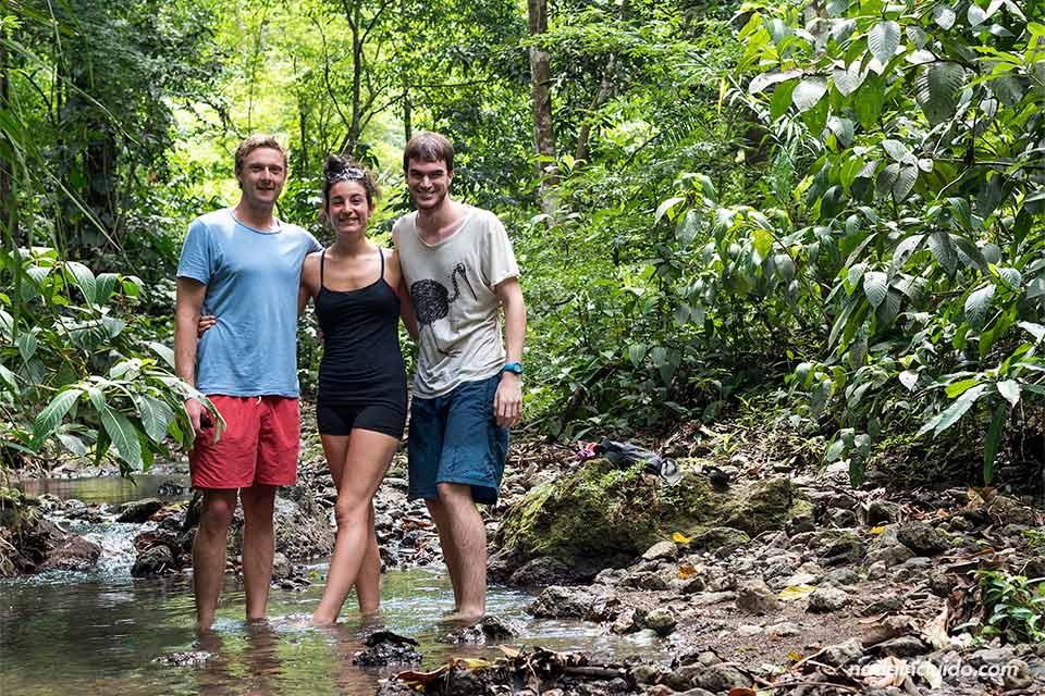 Con Dave y Joanna en el camino a la catarata secreta de Quepos (Costa Rica)