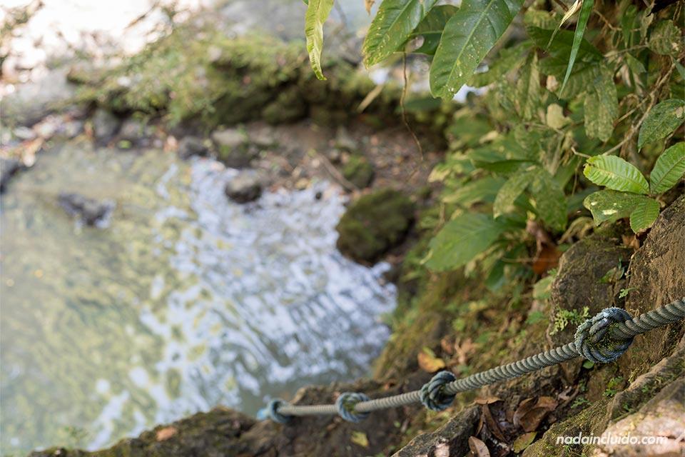 Cuerda para subir en la cascada secreta de Quepos (Costa Rica)