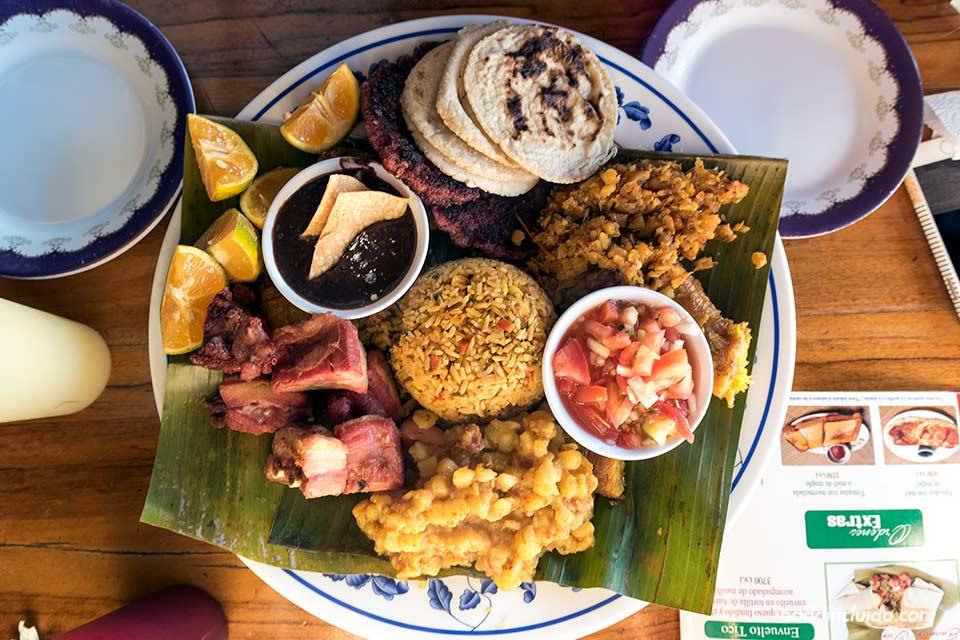 Plato con comida típica de Costa Rica