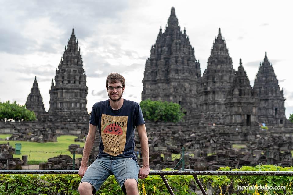 En la entrada del templo Prambanan (Java, Indonesia)