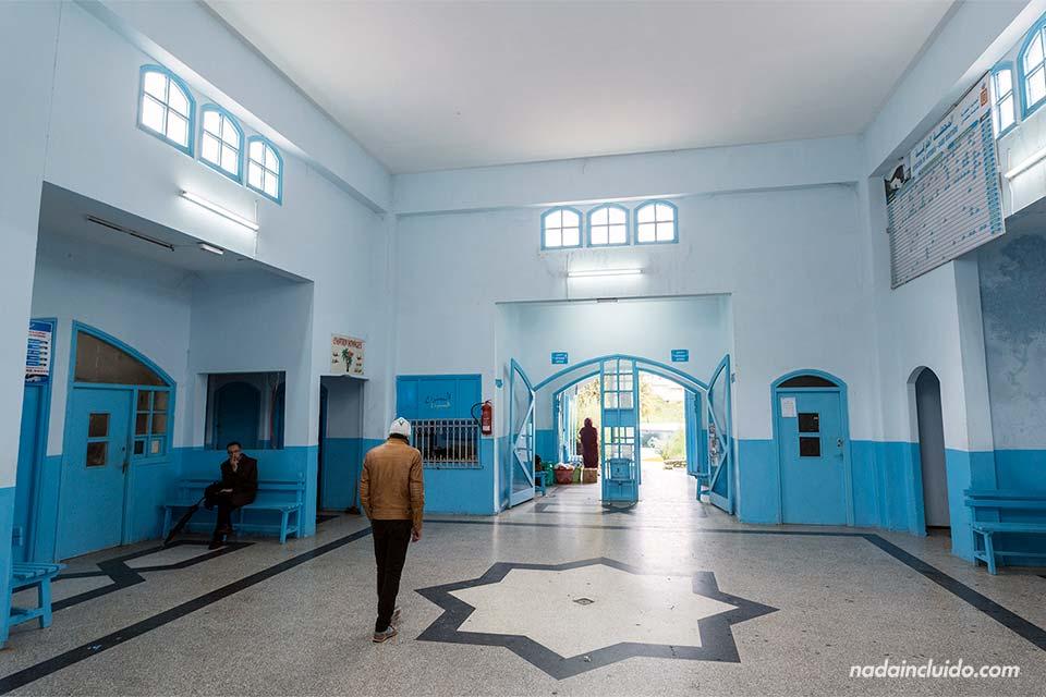 Interior de la estación de autobuses de Chefchaouen (Marruecos)