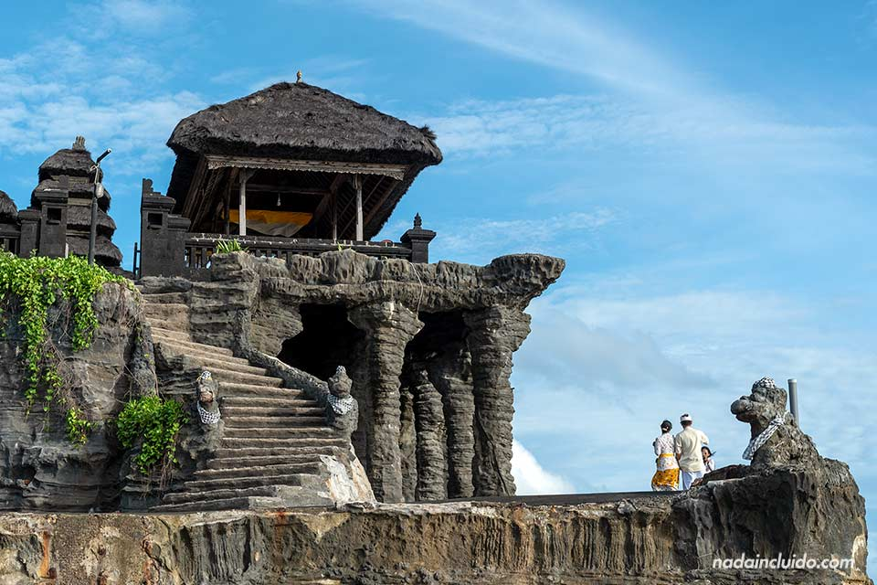 Templo Tanah Lot de cerca (Bali, Indonesia)