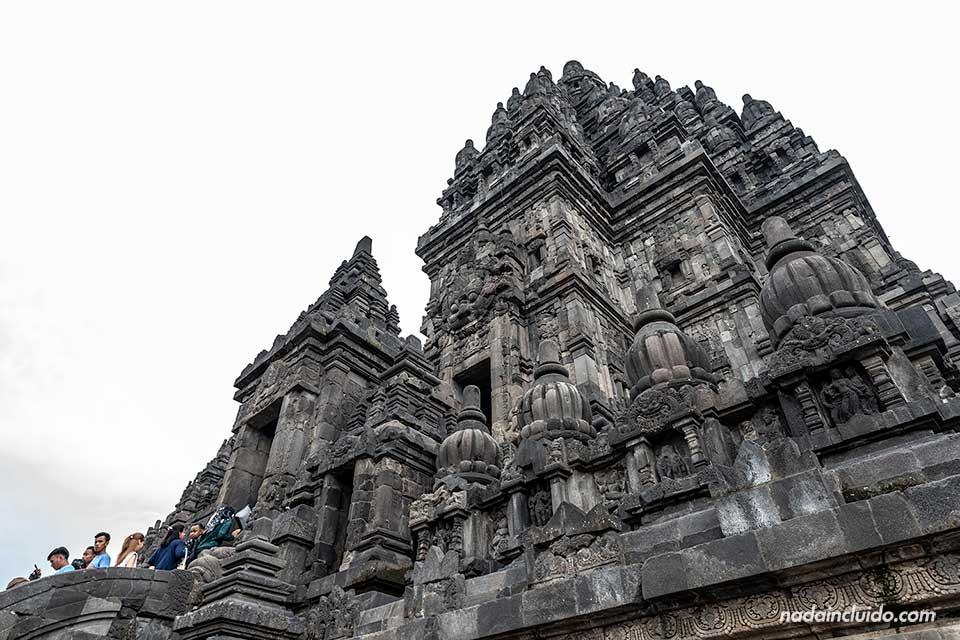 Templo de Shiva desde abajo en Prambanan (Java, Indonesia)