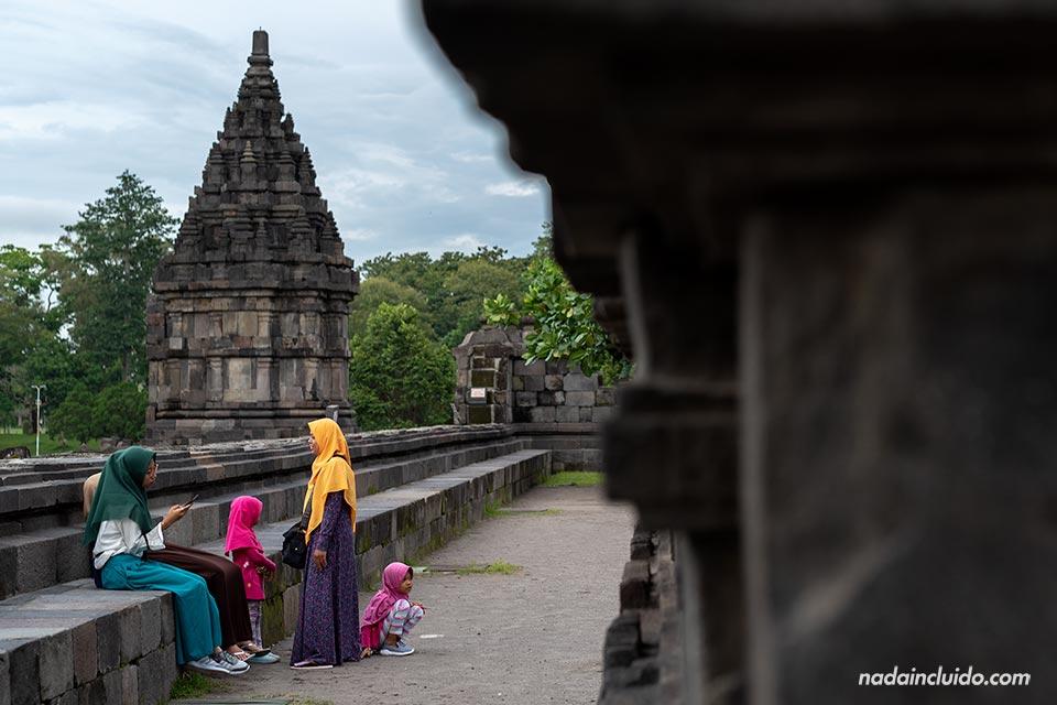 Indonesias descansando en el templo Prambanan (Java, Indonesia)