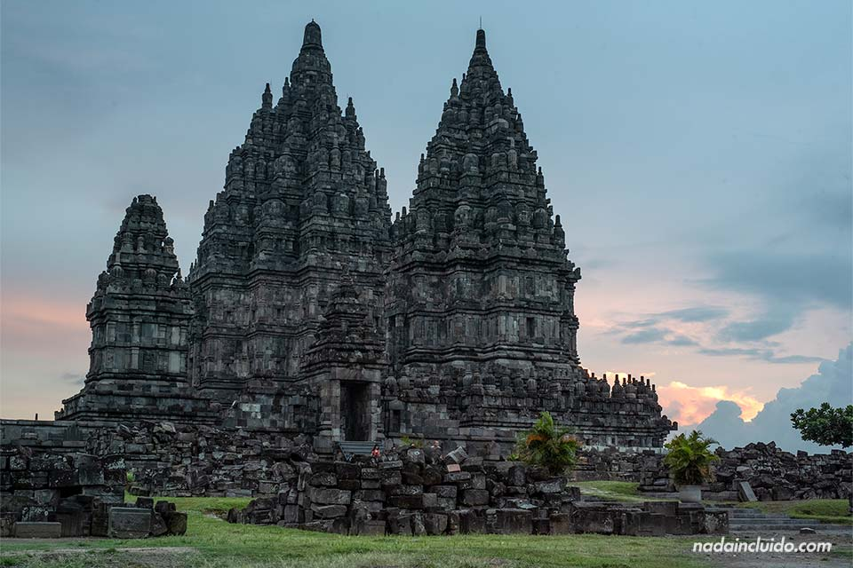 Atardecer en el templo Prambanan (Java, Indonesia)