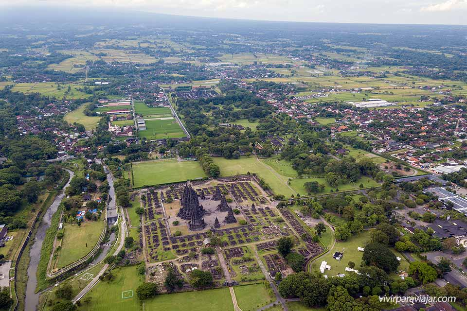 Vista aérea del templo Prambanan (Java, Indonesia). Foto de vivirparaviajar.com