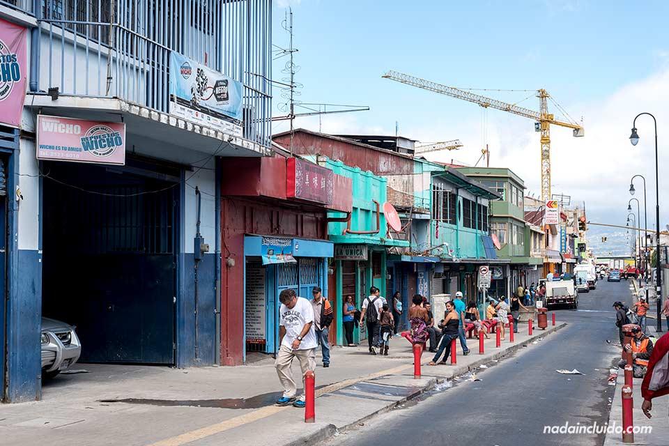 Paseando por una calle junto al Mercado central de San José, capital de Costa Rica