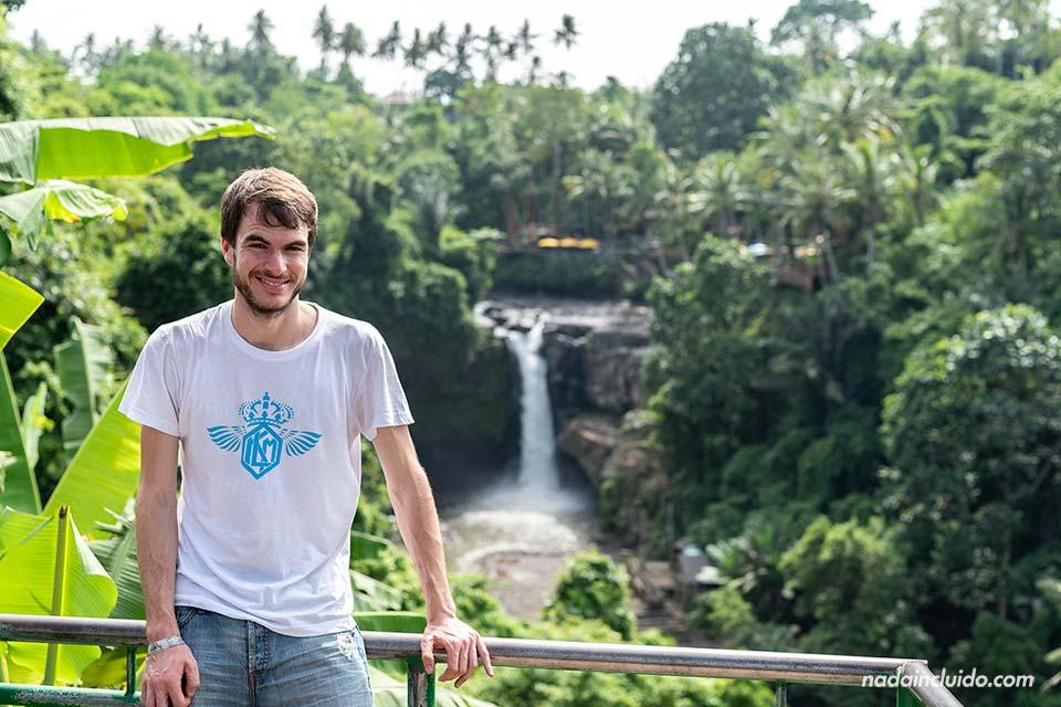 En la cascada Tegenungan (Bali, Indonesia)