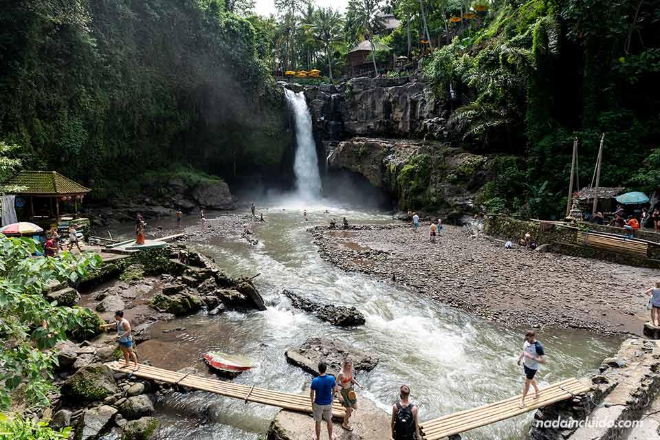 Turistas en la cascada Tegenungan (Bali, Indonesia)