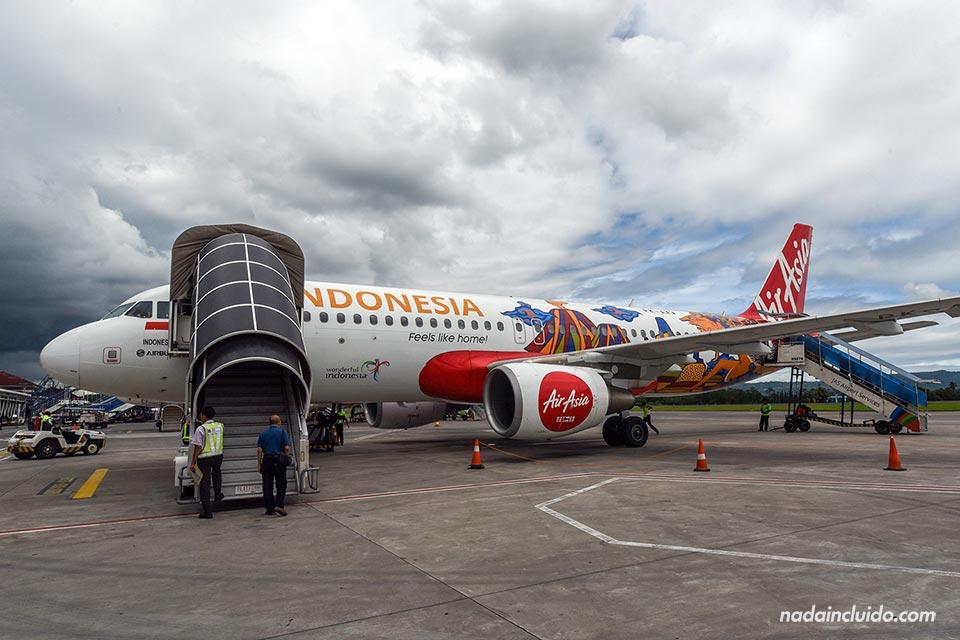 Avión de Air Asia en el aeropuerto de Yogyakarta (Java, Indonesia)