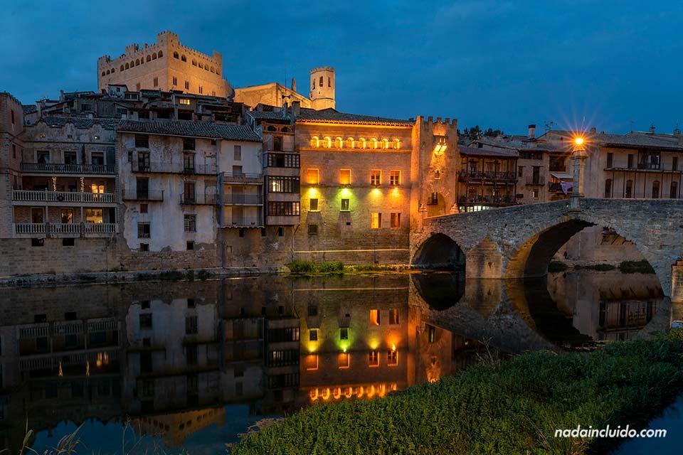 Puente de Piedra de Valderrobres desde el río por la noche (Matarraña, Aragón)